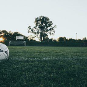 voetbal op grasveld